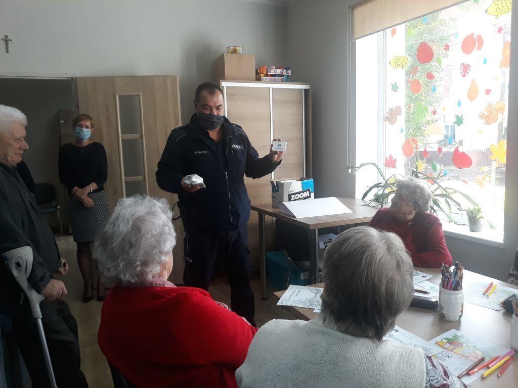 We wtorek 6 października dzielnicowi z Wińska odwiedzili seniorów