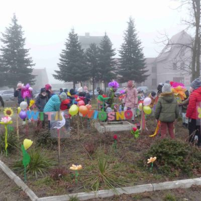 Dzieci idące na powitanie wiosny