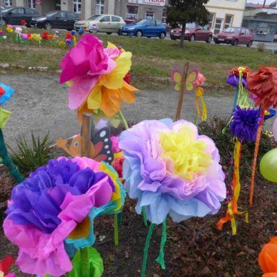Piękne wiosenne kwiaty z bibuły