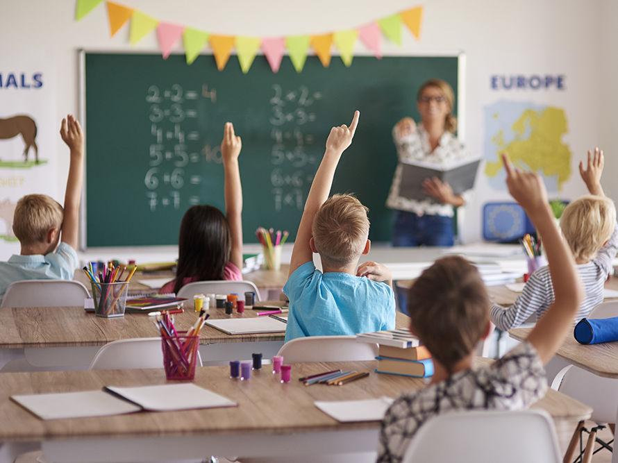 Dzieci w szkolnych ławkach