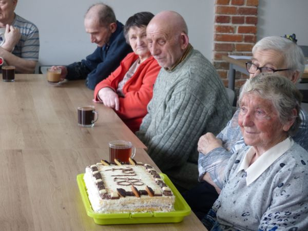 Seniorzy, a wśród nich p. Janina, jubilatka