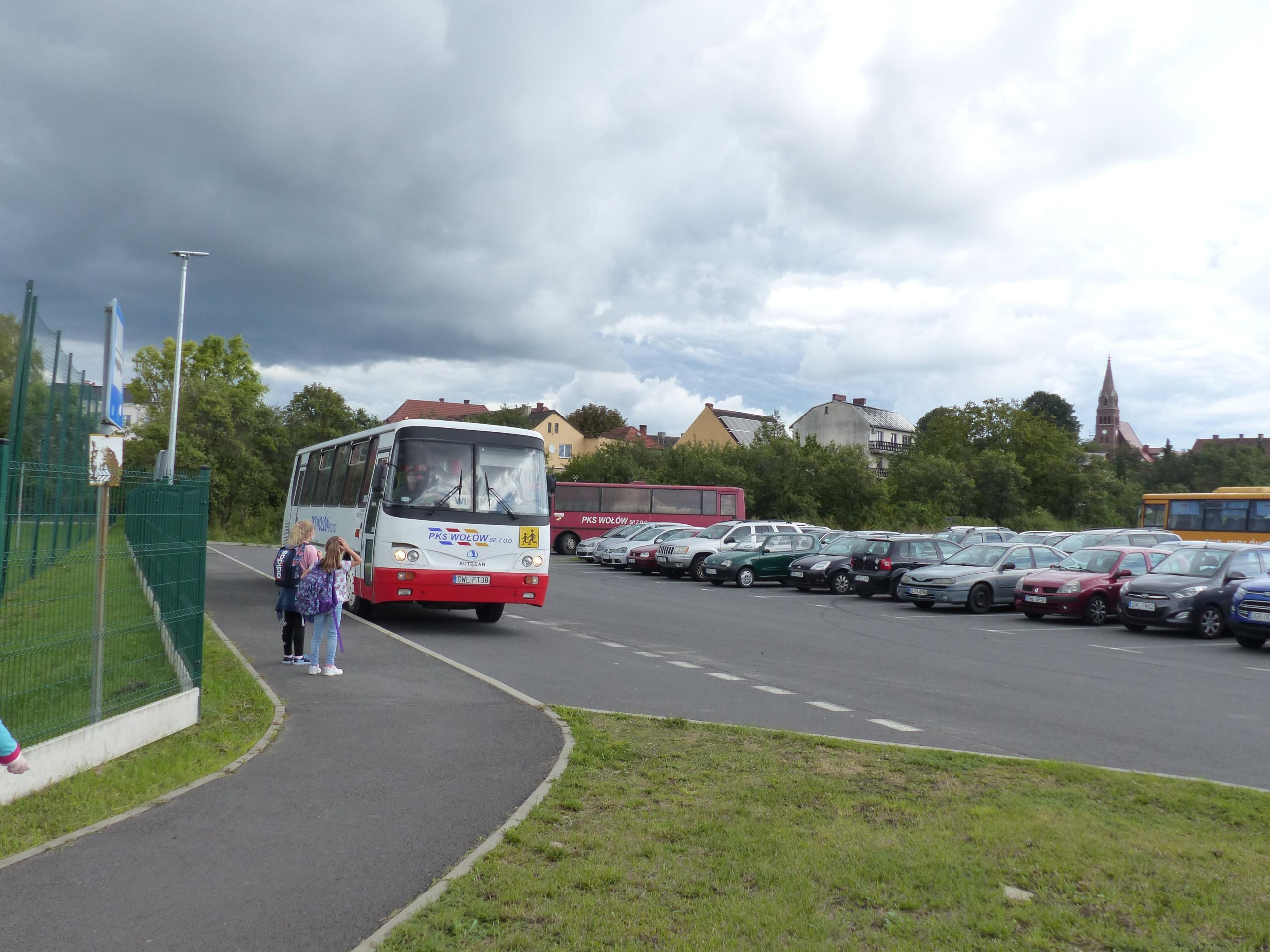 Autobus szkolny przed Szkołą Podstawową w Wińsku