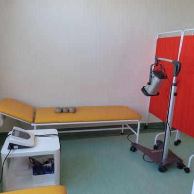 Kozetka ze sprzętem do fizjoterapii.