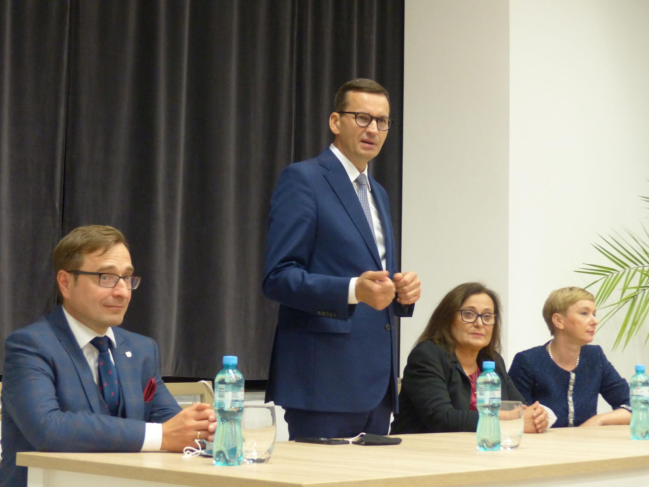Mateusz Morawiecki przemawia podczas spotkania z mieszkańcami
