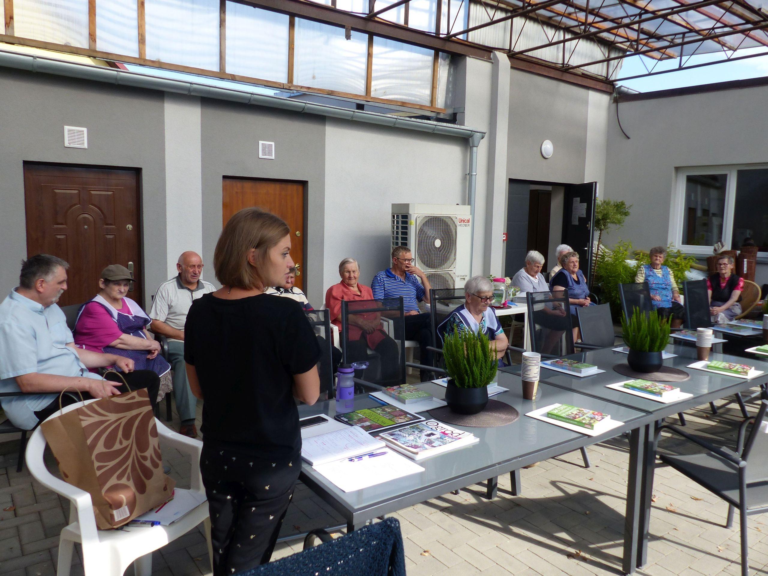 Warsztaty na zewnątrz Centrum Senioralnego Srebrna Podkowa