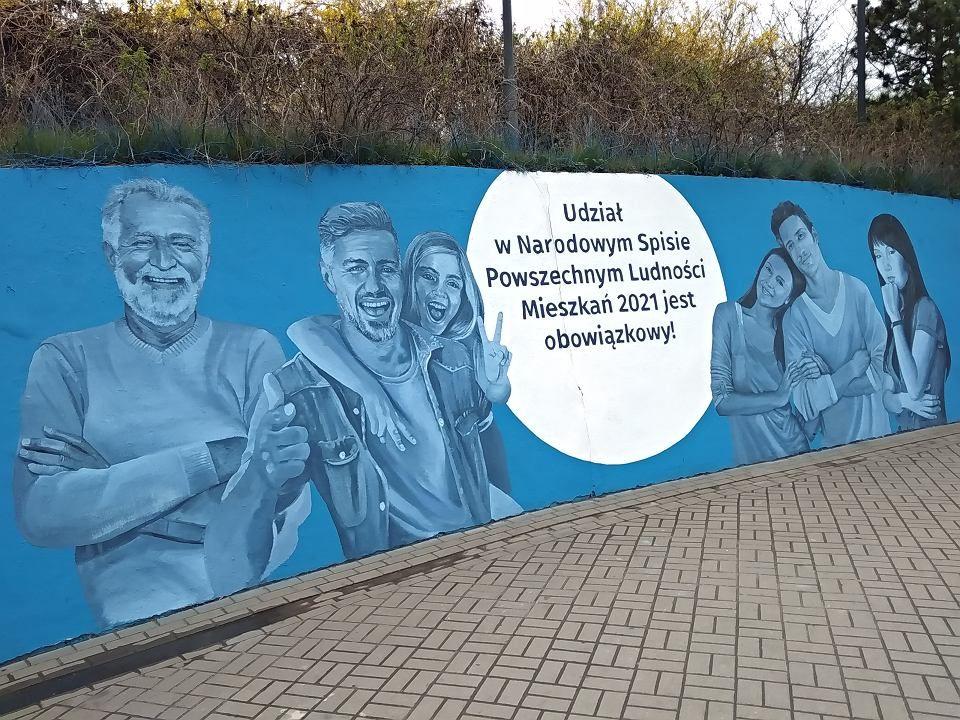 Mural z hasłem Udział w Narodowym Spisie Powszechnym Ludności i Mieszkań jest obowiązkowy