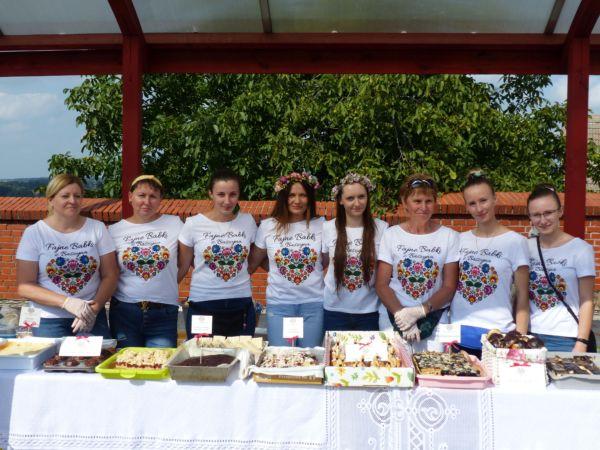 Koło Gospodyń Wiejskich z Baszyna - panie w białych koszulkach ze swoim logo.